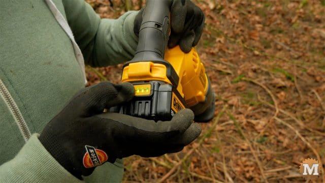 Pruning reciprocating saw battery indicator